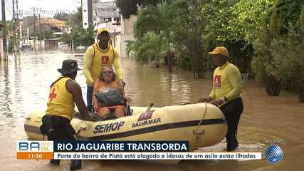 Rio Jaguaribe transborda e deixa casas alagadas na região de Piatã, em Salvador