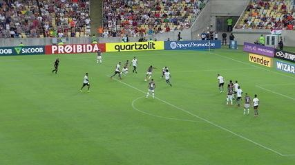 Léo Arthur chuta com desvio e Gatito faz boa defesa, aos 36' do 2º Tempo