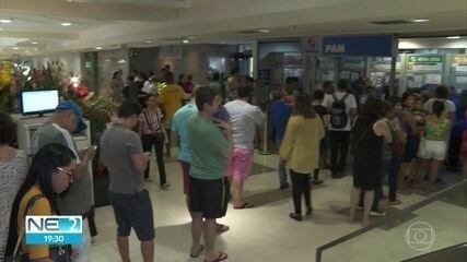 Casas lotéricas do Recife ficam cheias de apostadores que sonham com o prêmio da Mega-Sena