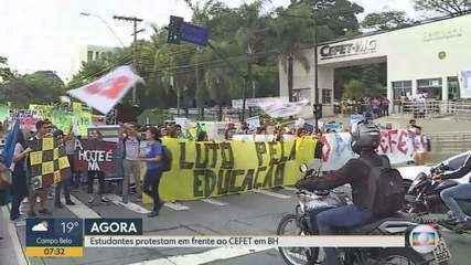 Estudantes fazem protesto contra bloqueio na educação em BH