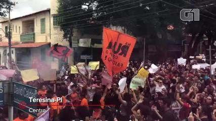 Estudantes fazem manifestação contra bloqueio de recursos em Teresina