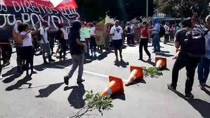 Manifestantes ocupam via N1, na Esplanda dos Ministérios, contra bloqueio de verbas