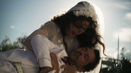 Amadeu (Marcos Palmeira) leva um tiro no altar e Maria da Paz (Juliana Paes) se desespera