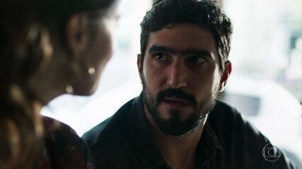Jamil fala para Zuleika que está desconfiado da empresária síria que conheceu