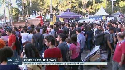 Estudantes e professores de Ribeirão Preto, SP fazem ato contra corte de verbas do MEC