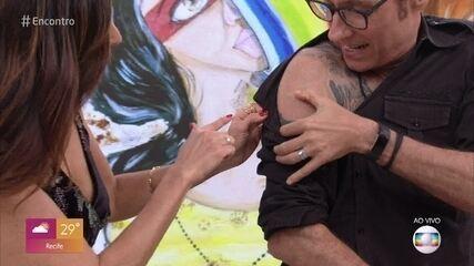 Dinho Ouro Preto mostra que está apagando tatuagem