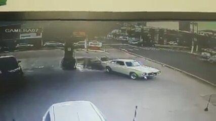 Carro capota após ser atingido por outro em cruzamento de Ourinhos