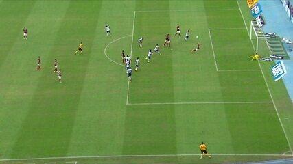 Na trave! Diego cobra falta no travessão, Éverton erra cabeçada na volta e goleiro salva, aos 30 do 1º