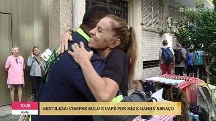 'Café, bolo e abraço': Vendedora oferece afeto aos clientes