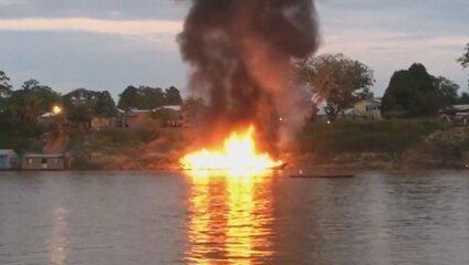 Embarcação explode enquanto abastecia e deixa feridos em Cruzeiro do Sul