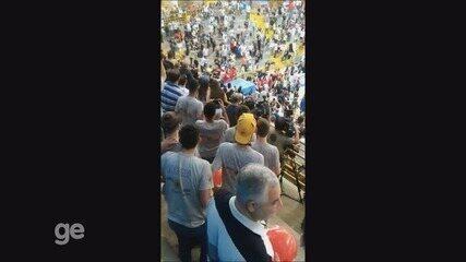 Confusão entre torcedores no ginásio Pedrocão antes da final do NBB