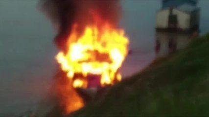 Vídeo mostra momento em que passageiros de embarcação que explodiu se jogam em rio