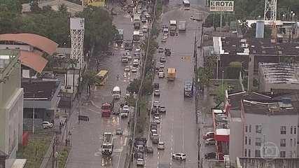 Chuva provoca alagamentos e transtornos no Recife