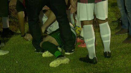 Jogador do Manaus no chão, em confusão pós-jogo entre Real Ariquemes e Manaus