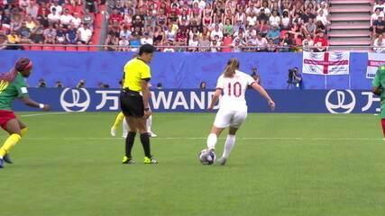 Coisa feia Yango! Jogadora empurra a juíza em lance isolado no meio campo