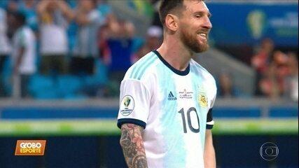 Argentina vence o Catar, se classifca, mas Messi isola chute de pé esquerdo