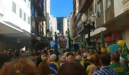 JUIZ DE FORA, 11h30: manifestantes fazem silêncio no local onde Bolsonaro foi esfaqueado