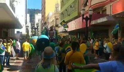 JUIZ DE FORA, 11h40: manifetantes cantam Hino Nacional