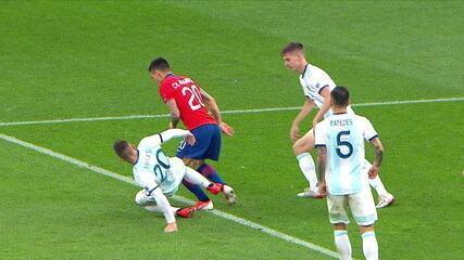 Pênalti para o Chile! VAR chama e juiz marca penalidade contra a Argentina