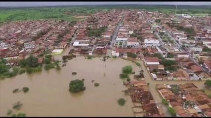Água de barragem invade cidades e tira famílias de casa na Bahia