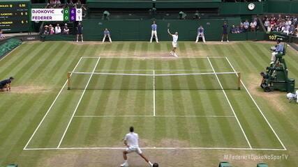 Após um longo rali, de 21 trocas de bola, Djokovic ganha o ponto sobre Federer