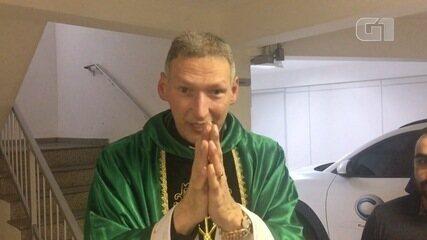 'Maria passou na frente' diz Padre Marcelo após ser empurrado de altar