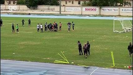 Biro Biro cai no gramado durante treino no Nilton Santos
