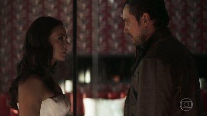 No primeiro casamento de Vivi (Paolla Oliveira) com Camilo (Lee Taylor), ela termina a noite com Chiclete (Sergio Guizé)