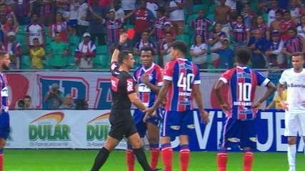 Após marcar pênalti, juiz dá falta para o Grêmio e expulsa Moisés