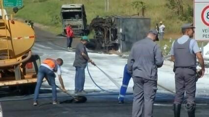 Caminhão tomba e interdita rodovia em Araçatuba no sentido Bilac