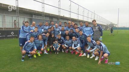 Família hostilizada em Gre-Nal visita CT do Grêmio e conhece os jogadores