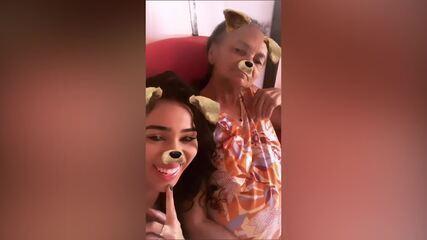 Elana com a avó, dona Maria, que vive no interior do Piauí