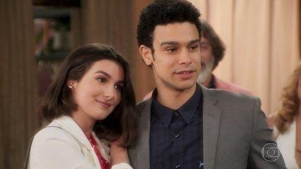 Diego e Larissa chegam à comemoração do trailer do filme