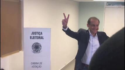 Veja o momento em que o candidato Paulo Skaf vota em SP