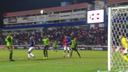 Rafael Furtado sobe mais que a defesa, mas manda pela linha de fundo, aos 46' do 2ºT