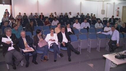 Jaqueline Coutinho promove reunião e exonera secretários