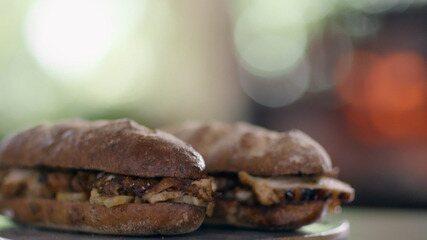 Sanduíche de frango com curry e abacaxi