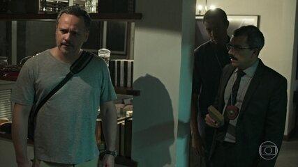Souza encontra as drogas plantadas por Gabriel no apartamento de Almeidinha