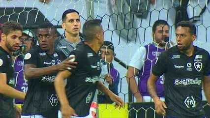 O clima pesou! Jogadores do Botafogo discutem e são chamados pelo árbitro, aos 23 do 2º