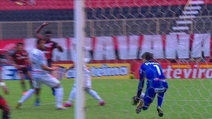 Wesley cruza na cabeça de Caicedo, que bate com força, mas Rodrigo Viana defende bem, aos 10' do 1º tempo