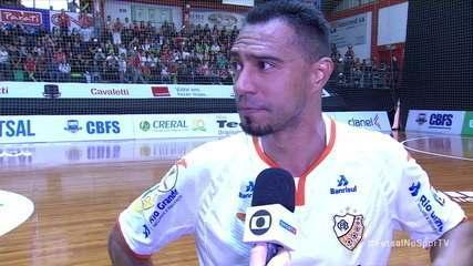 Lé, do Carlos Barbosa, explica porque não comemorou gol na final da Taça Brasil de Futsal