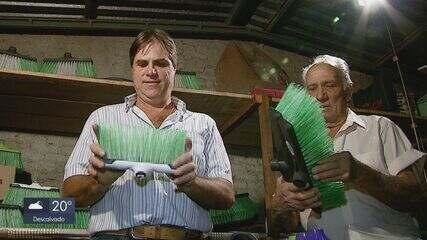 Mecânico de Araraquara transforma garrafas pet em vassouras