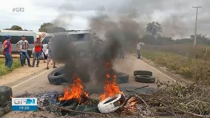 Motoristas de transporte alternativo realizam manifestação na rodovia que liga Exu a Crato