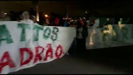 Organizada do Palmeiras protesta na casa de Alexandre Mattos