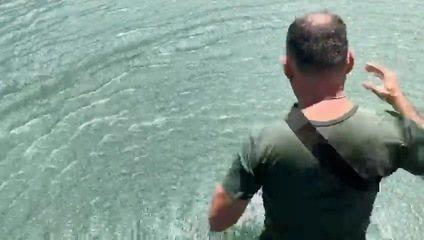 Salva-vida pula de helicóptero para resgatar jovem em lago