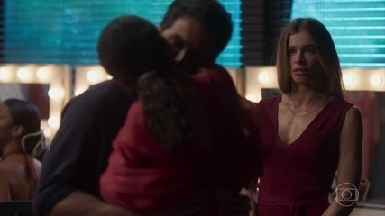 Dani beija Marcos na frente de Paloma
