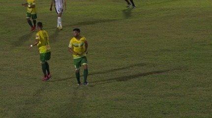 Raphael Freita sente e deixa o gramado do Helvídio Nunes mancando após jogar 36 minutos