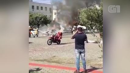 Bombeiros combatem fogo em carro em Campos, no RJ