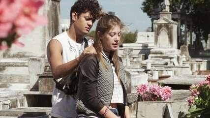Anjinha vai com Cléber visitar o túmulo da mãe