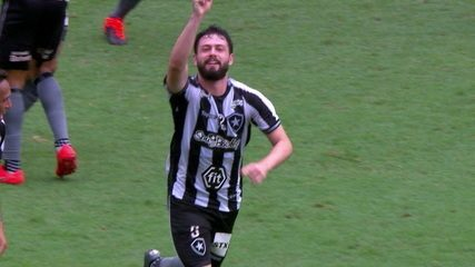 Gol do Botafogo! Bochecha toca para João Paulo, que marca. Veja como foi a assistência que o volante deu